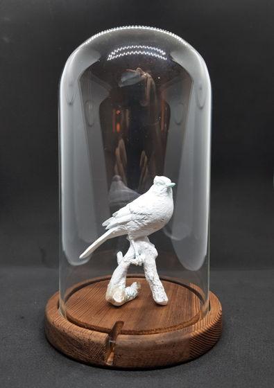 статуэтка птицы в клоше