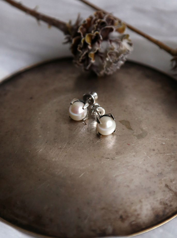 Серьги -гвоздики с белым жемчугом