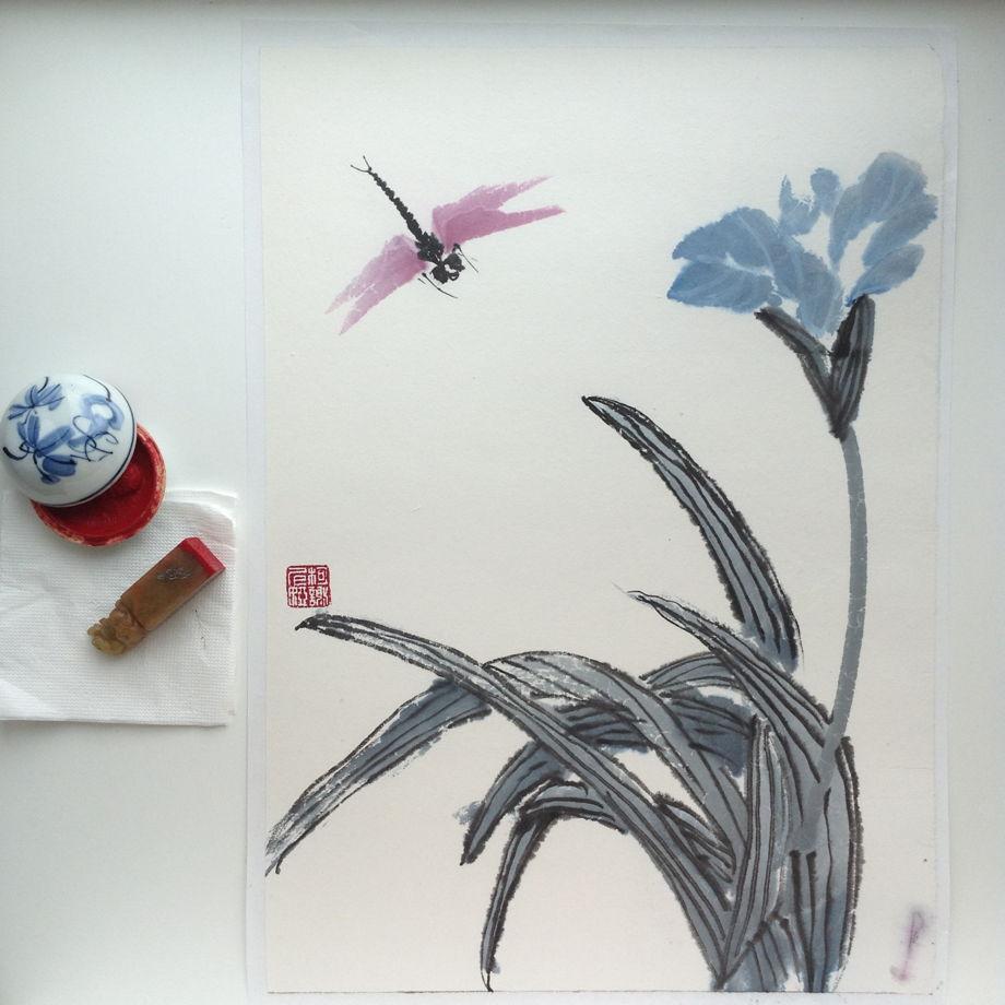 Полет стрекозы над ирисом, картина в традиционном китайском стиле се-и   (35 * 49 см)
