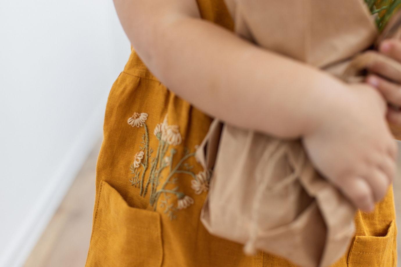 Горчичный сарафан изо льна с вышивкой ручной работы «Ромашки»