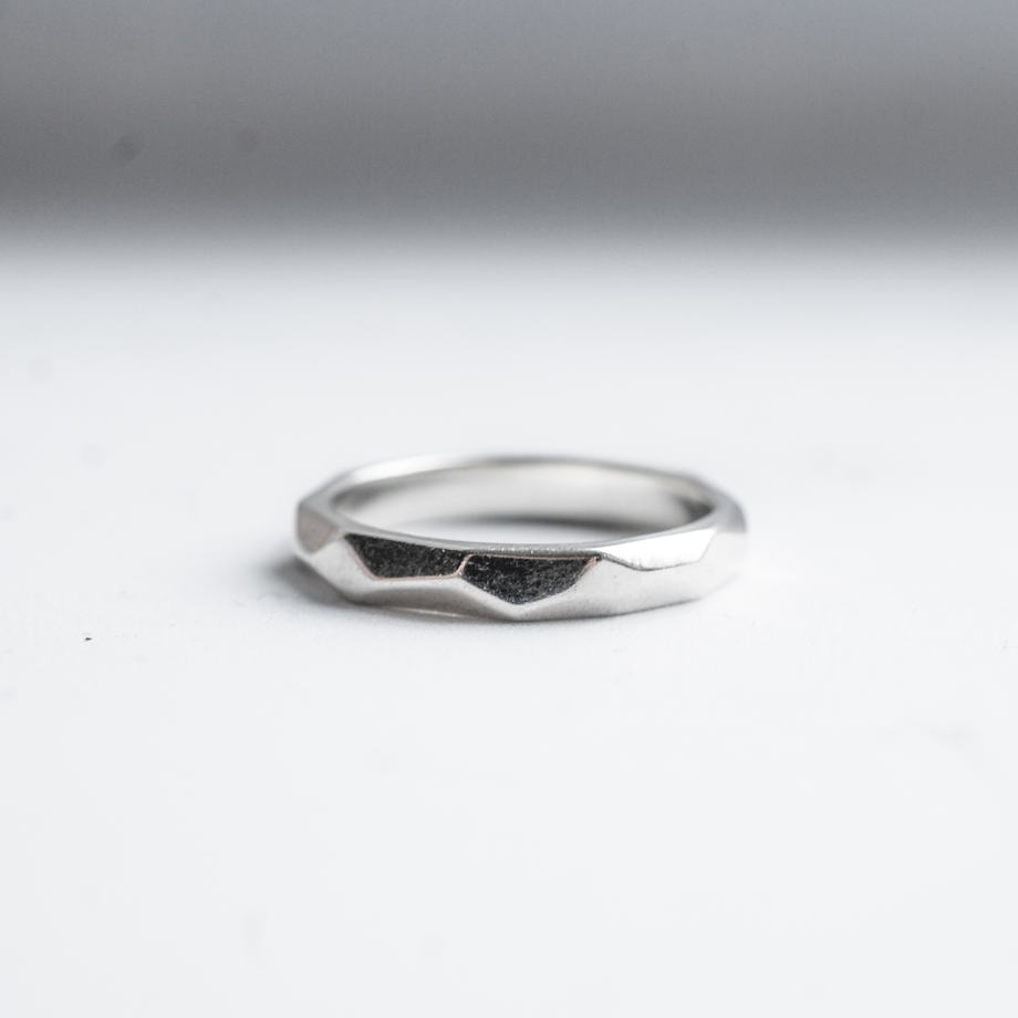 Граненое серебряное кольцо