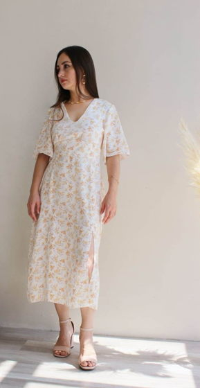 Платье из вискозы с V-образным вырезом и разрезом на ноге