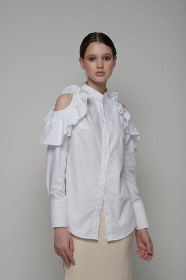 Белая рубашка с открытыми плечами и воланами