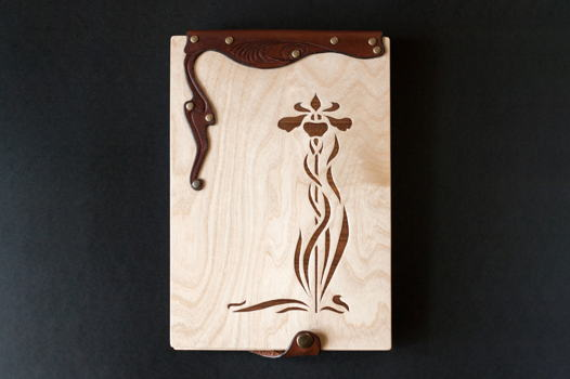 Блокнот из дерева и кожи для зарисовок в стиле Арт Нуво.