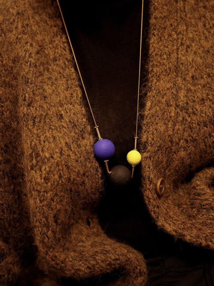 Кулон с тремя яркими шариками на позолоченной цепочке