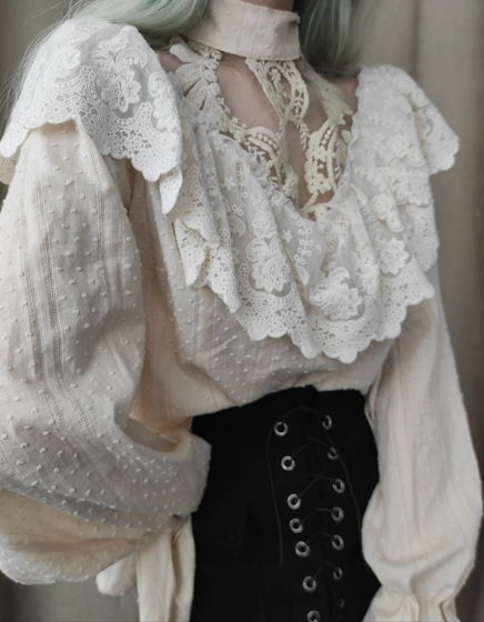 Блуза свободного кроя с воротником-стойкой и рукавами со сборками