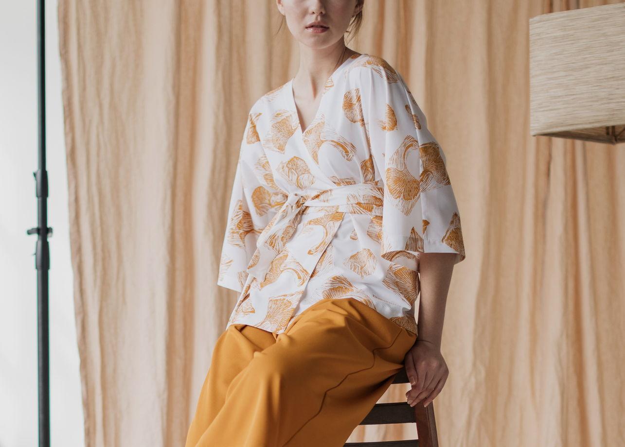 Женский костюм-кимоно «Sumakku» с золотистым принтом ручной набойки в виде Гинкго.