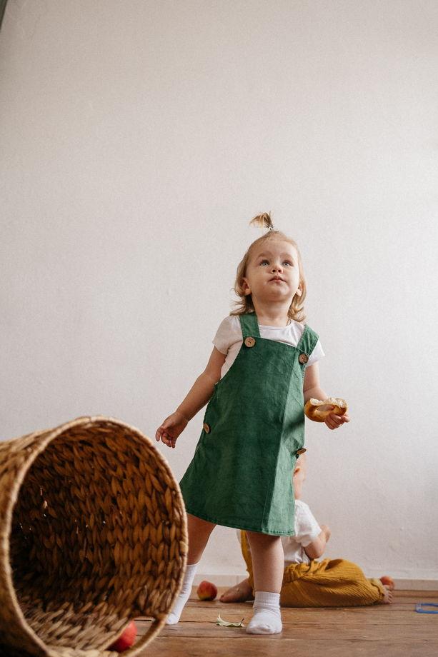 Сарафан из хлопкового вельвета в зеленом цвете на кокосовых пуговицах