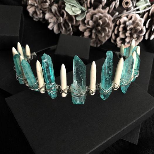 Диадема с бирюзовыми кристаллами кварца и говлитом