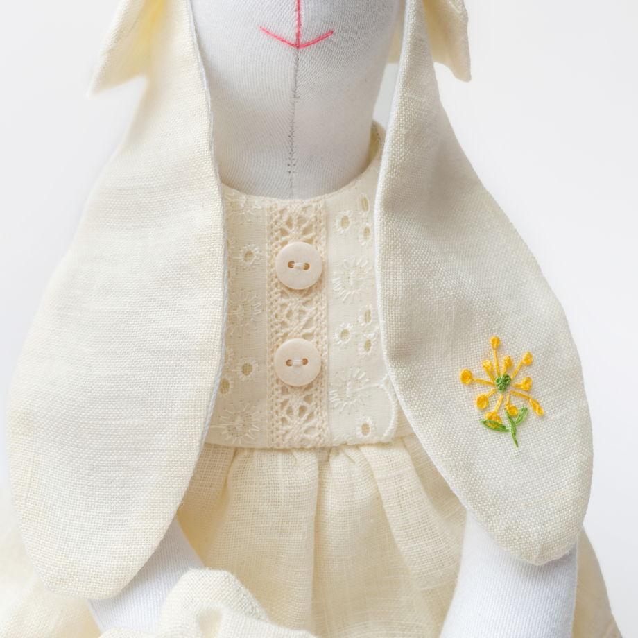 Зайка из белого сатина, платье бежевый лён
