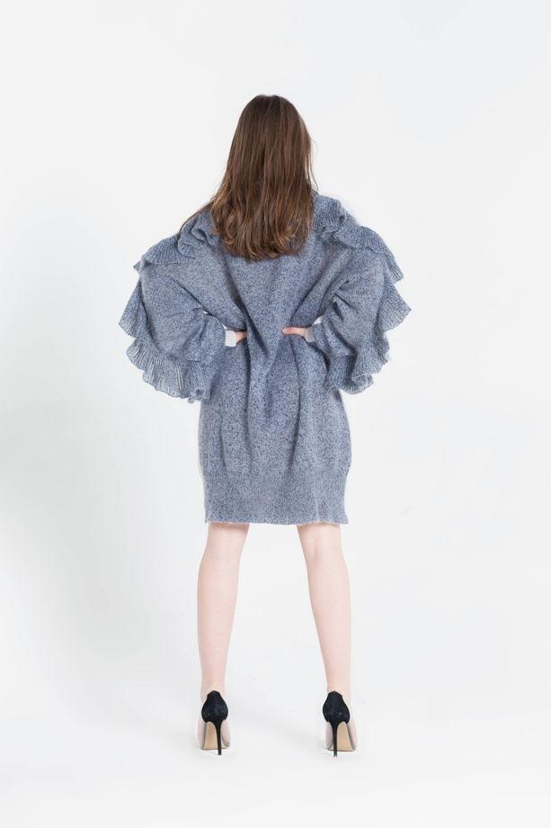 Серое вязаное платье-свитер оверсайз с горлом с воланами