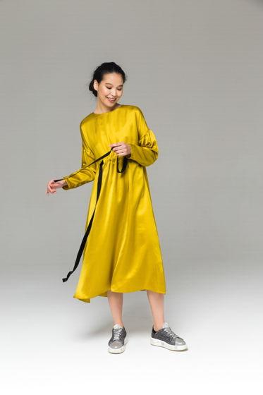 Классическое жёлтое платье из купры с бархатными лентами А-силуэта.
