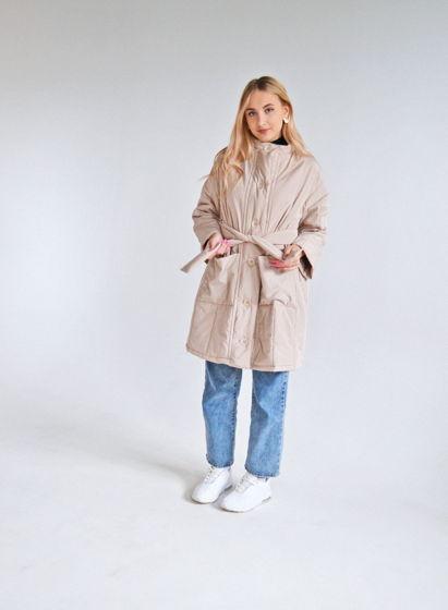 Удлиненная стеганая куртка кремового цвета