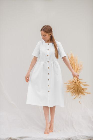 Базовое  {белоснежное} летнее платье свободного кроя с отрезной талией и пуговицами из кокоса по всей длине