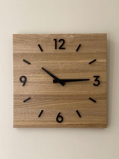 Часы настенные квадратные с 4 цифрами и штрихами