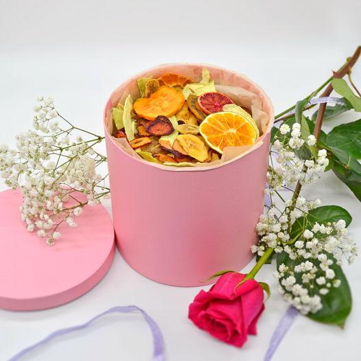 Подарочная коробка с 0,75 кг ассорти фруктовых и ягодных снеков без сахара