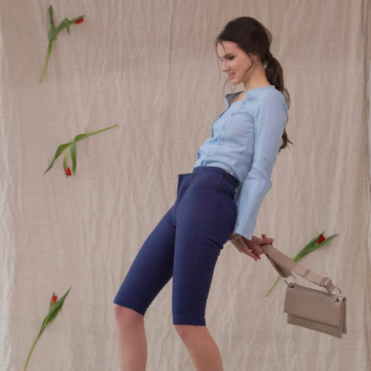 Комплект блузка с двумя планками вдоль полочек и шорты прямые.