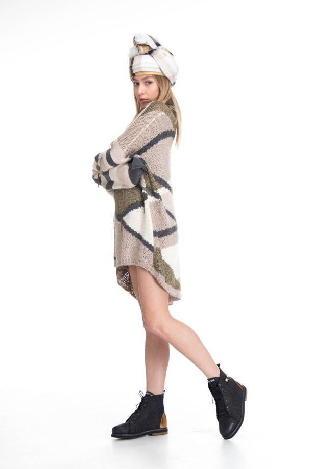 Бежевое свитер платье оверсайз с высоким горлом