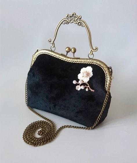 Бархатная сумочка-ридикюль с фигурной ручкой в стиле с брошью-цветком
