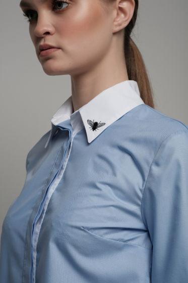 Голубая женская рубашка с контрастной отделкой