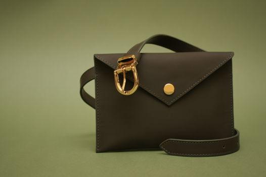 Кожаная сумка-конверт на пояс цвета хаки