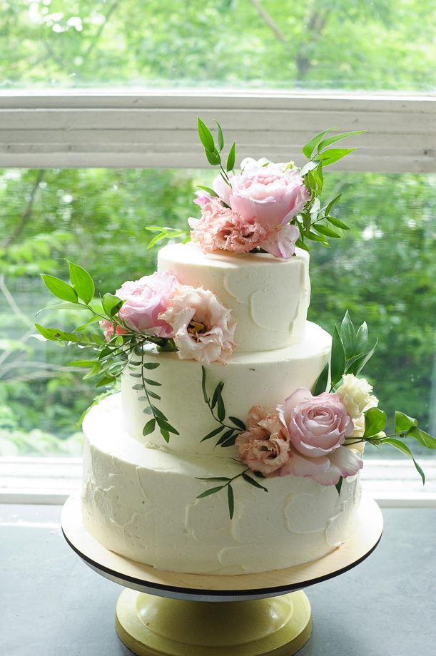 Ярусный \ свадебный торт с цветочным оформлением