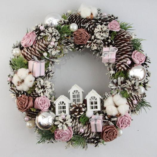 Новогодний венок пудрово-розовый с домиками