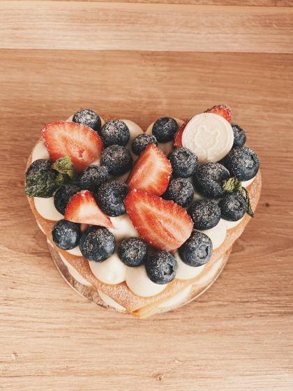 Медовик открытый с сезонными ягодами