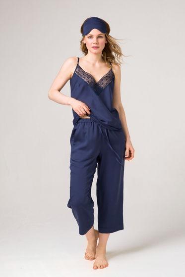 Синий пижамный комплект  из итальянского смесового шелка -топ с брюками. Отделан французским,  синим кружевом.