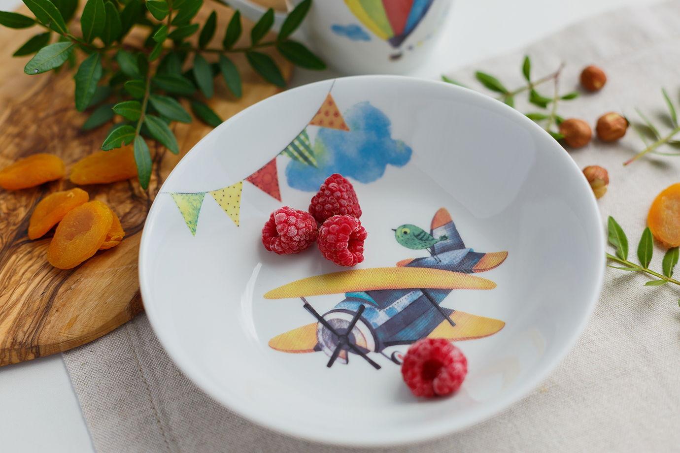 Глубокая фарфоровая тарелка с планером на дне