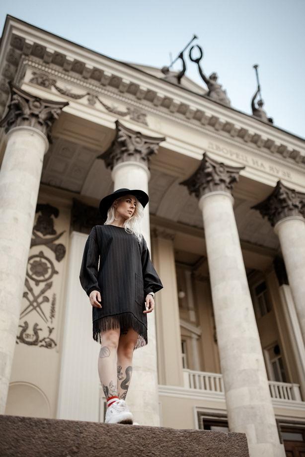 Черное платье в тонкую полоску из костюмной ткани с бахромой.
