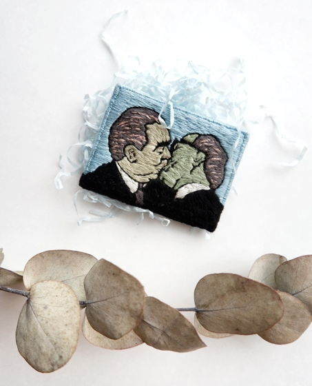 """Вышитая вручную брошь """"Поцелуй Брежнева и Хонеккера"""""""