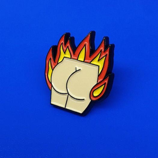 """Металлический значок """"попа в огне"""""""