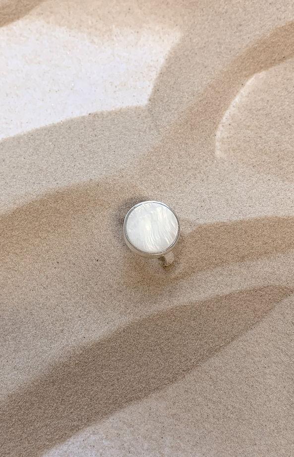 Кольцо LOEWE с плоским перламутром 15мм