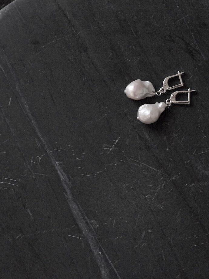 Серьги из барочного белого жемчуга и серебра