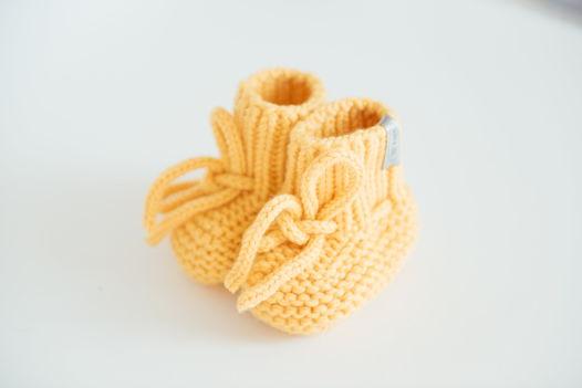 Желтые вязаные пинетки для новорожденных  из  100% мериноса ручной работы