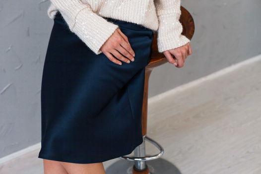 Атласная юбка миди в бельевом стиле