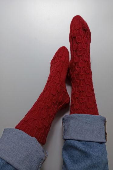 Яркие красные носки ручной работы