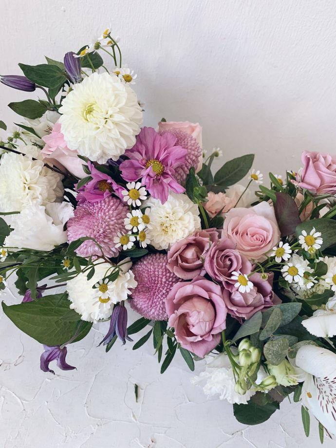 Композиция из живых цветов в крафт-мешочке M