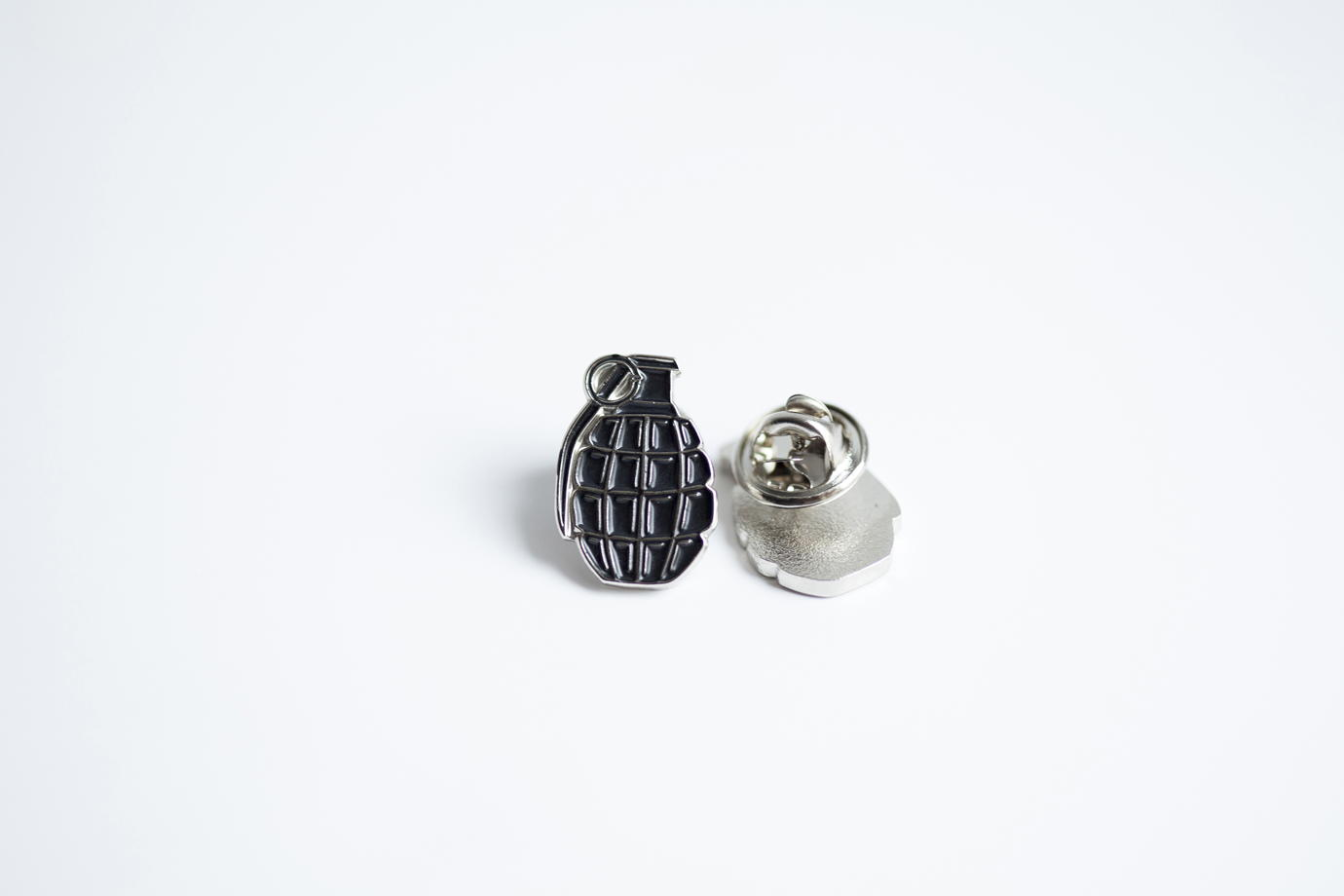 Металлический значок «граната» черная