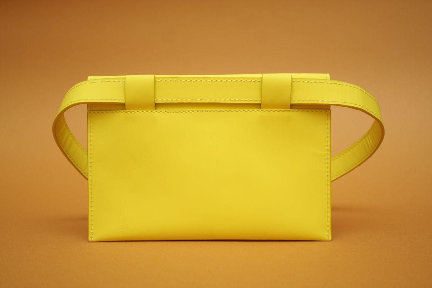 Желтая кожаная поясная сумка конверт.