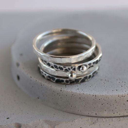 Тонкое кольцо из серебра с кованой фактурой