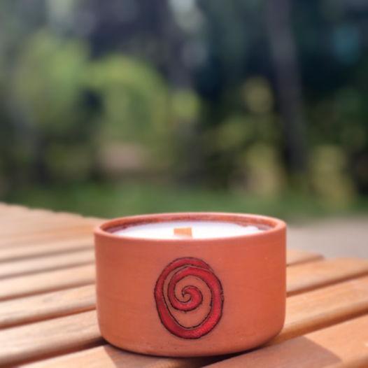 Аромасвеча MOMACANDLE из кокосового воска в керамическом подсвечнике ручной работы, 120 гр.