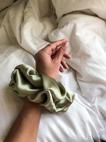 Резинка для волос GIANT из натурального шелка оливковая