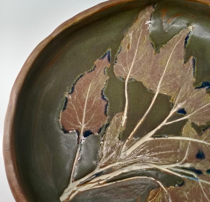 Тарелка ручной работы из испанской глины  с оттиском листьев.