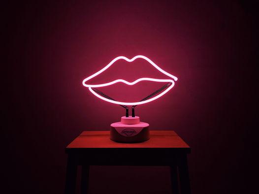 Розовые неоновые губы