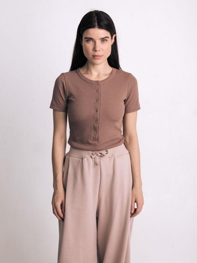 Широкое брюки со складками на талии в цвете какао.
