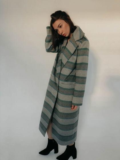 Пальто в зеленую полоску в мужском стиле
