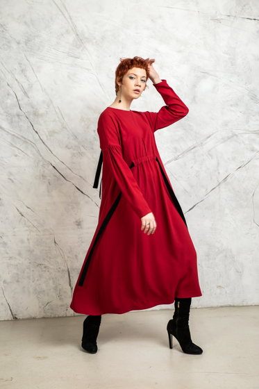 Красное классическое платье из вискозы с бархатными лентами  А-силуэта.