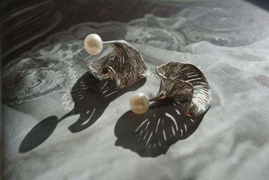 Серьги ручной работы из серебра с заклёпкой на речной жемчуг